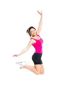 Jolie femme brune sautant