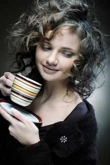 Jolie femme buvant du café