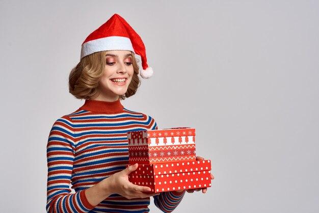 Jolie femme cadeaux de noël amusant de décorer le bonnet de noel. photo de haute qualité