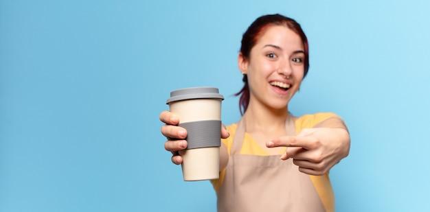 Jolie femme avec un café à emporter