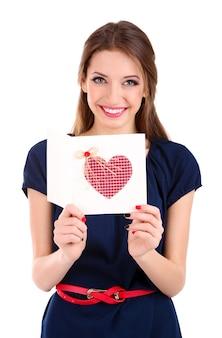 Jolie femme avec carte postale, isolée sur blanc