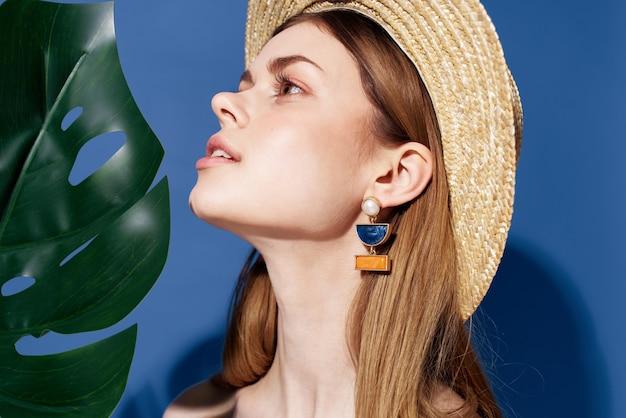 Jolie femme en chapeau de charme décoration fond bleu. photo de haute qualité