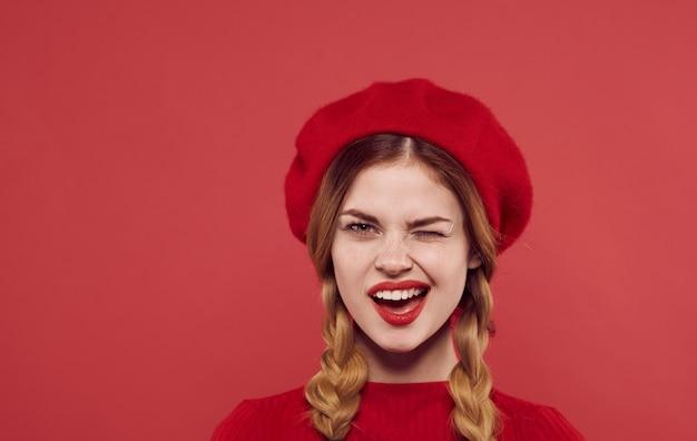 Jolie femme avec chapeau de nattes robe look attrayant entrée isolée. photo de haute qualité
