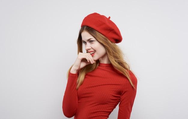 Jolie femme chapeau rouge et habille le modèle de luxe à la maison de cosmétiques. photo de haute qualité