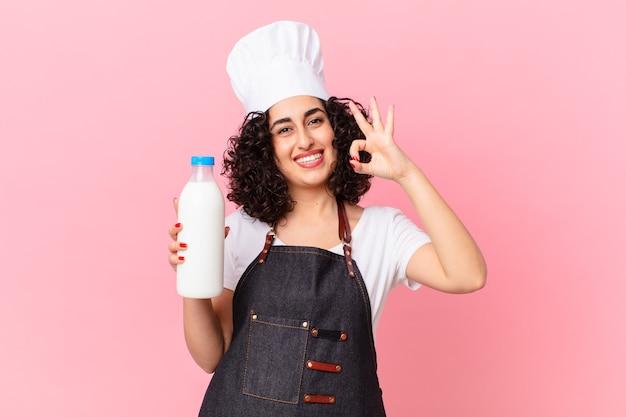 Jolie femme de chef arabe avec une bouteille de lait