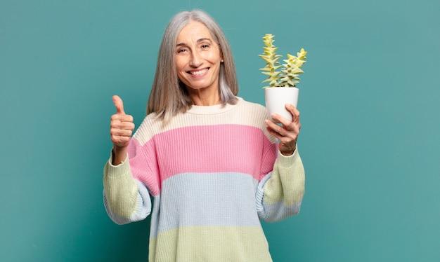 Jolie femme cheveux gris avec un cactus
