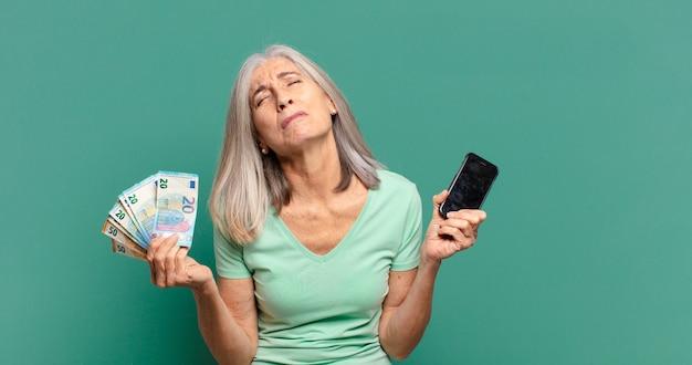 Jolie femme cheveux gris avec des factures