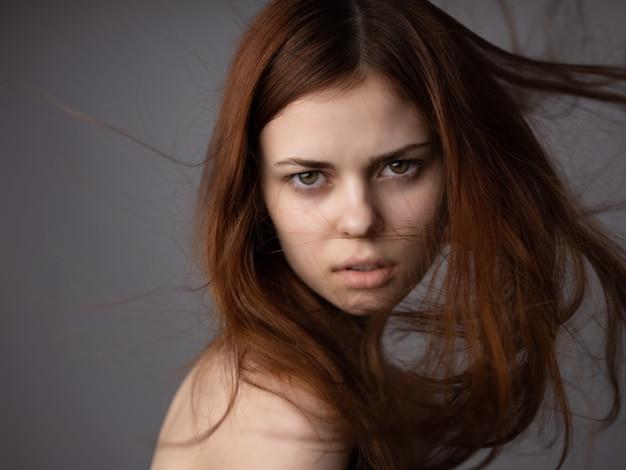 Jolie femme cheveux roux épaules nues posant gros plan. photo de haute qualité