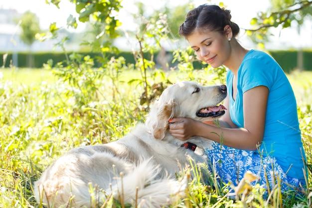 Jolie femme avec chien