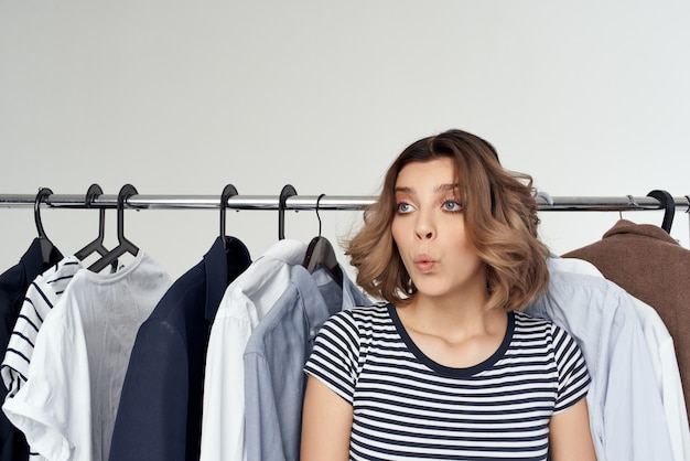 Jolie femme cintre commode mode intérieur studio style de vie. photo de haute qualité