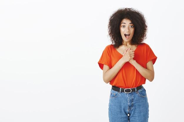 Jolie femme avec une coiffure afro posant en studio