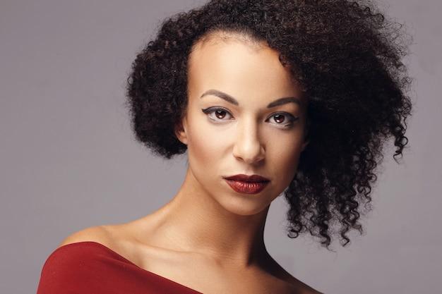 Jolie femme avec une coiffure afro