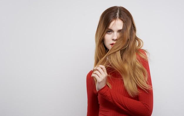 Jolie femme coiffure maquillage glamour lèvres rouges vue recadrée. photo de haute qualité