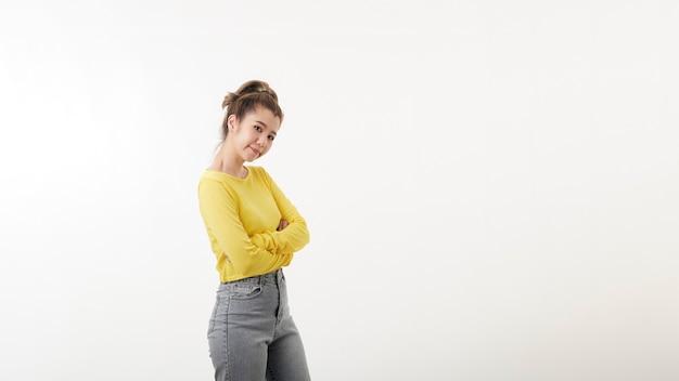 Jolie femme confiante heureuse debout avec les bras croisés