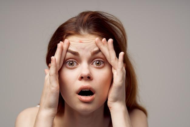 Jolie femme cosmétologie soins de la peau fond clair de la puberté. photo de haute qualité