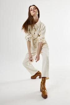 Jolie Femme En Costume Blanc Et Chaussures Marron Mode Studio Photo Premium