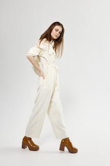 Jolie femme en costume look attrayant mode fond isolé