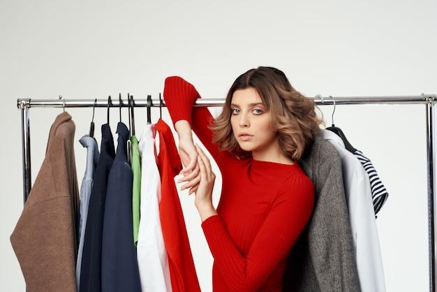 Jolie femme à côté des émotions de détail amusantes de la mode des vêtements