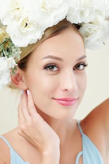 Jolie femme avec couronne florale