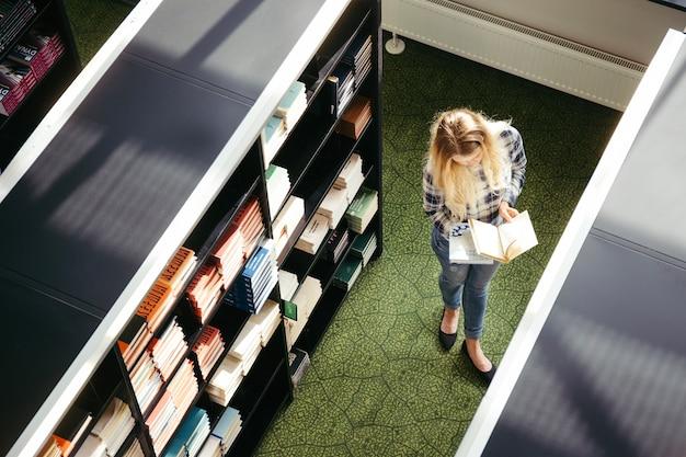 Jolie femme dans la bibliothèque