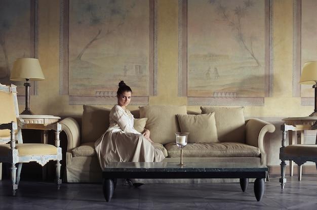Jolie femme dans un endroit luxueux