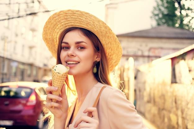 Jolie femme dans la rue avec du plaisir de vacances de crème glacée