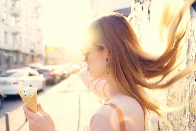 Jolie femme dans la rue avec un mode de vie de vacances de crème glacée