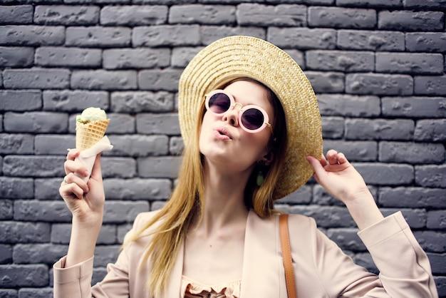 Jolie femme dans la rue avec un voyage en ville de vacances de crème glacée