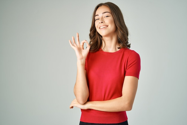 Jolie femme dans un style de vie de studio de soins capillaires tshirt rouge