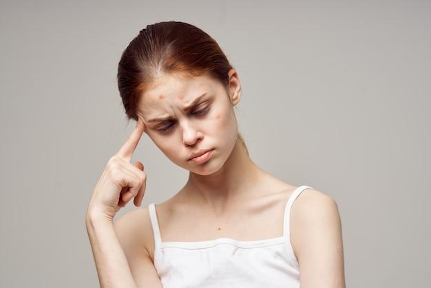 Jolie femme dans un t-shirt blanc boutons sur le gros plan du visage. photo de haute qualité
