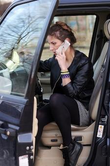 Jolie femme dans la voiture