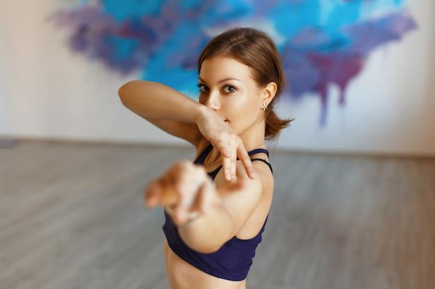 Jolie femme danse tribal fusion