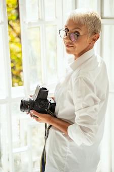Jolie femme debout en position semi et posant devant la caméra