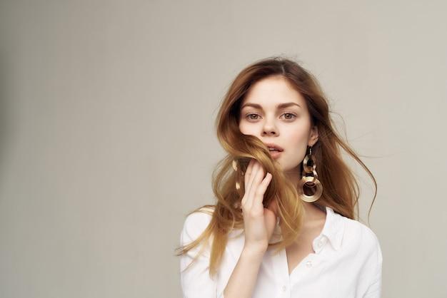 Jolie femme décoration de studio de cheveux de luxe posant
