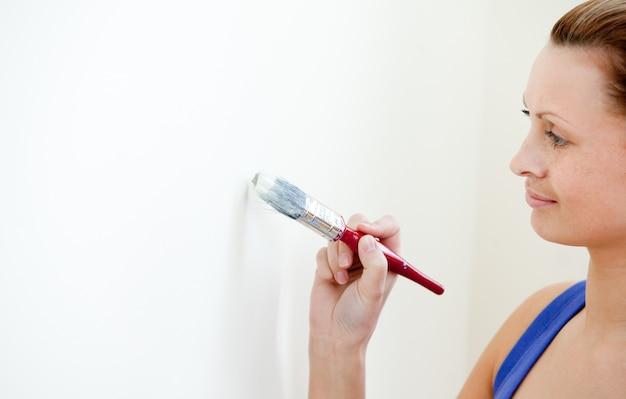 Jolie femme décore une chambre