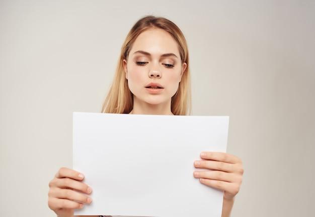Jolie femme avec un drap blanc à la main bannière fond isolé
