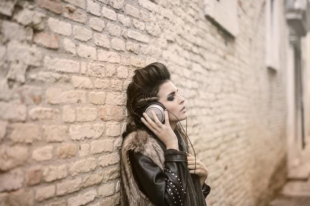 Jolie femme écoutant de la musique