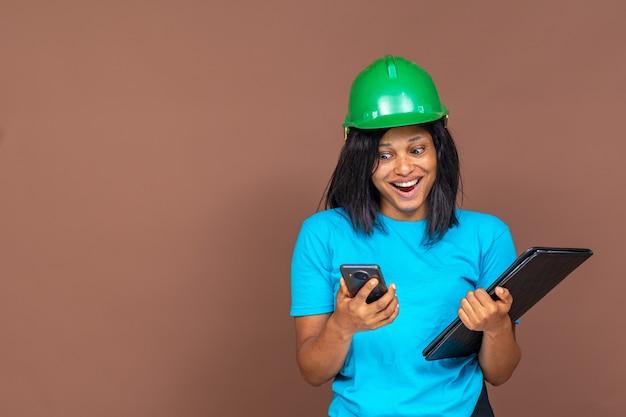Jolie femme entrepreneur en regardant son téléphone avec enthousiasme