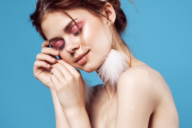 Jolie femme épaules nues boucles d'oreilles moelleuses bijoux cosmétiques de luxe