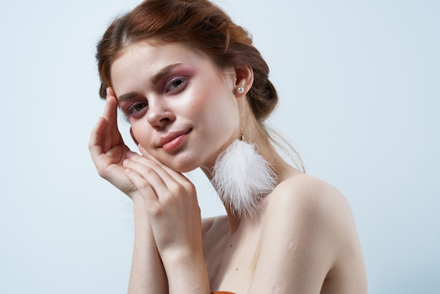 Jolie femme avec des épaules nues en gros plan de studio de mode