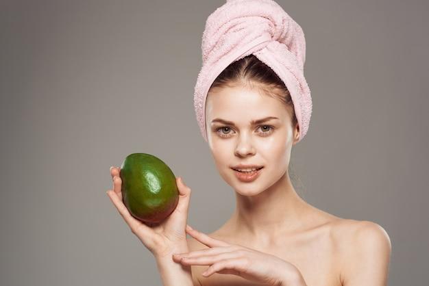 Jolie femme épaules nues mangue soins de la peau des tropiques exotiques