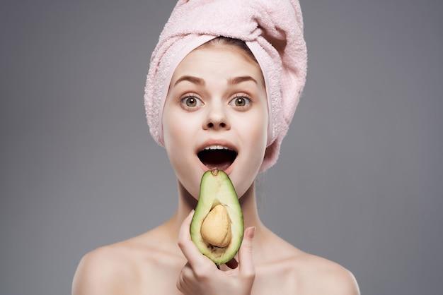 Jolie femme épaules nues soins de la peau avocat posant en gros plan