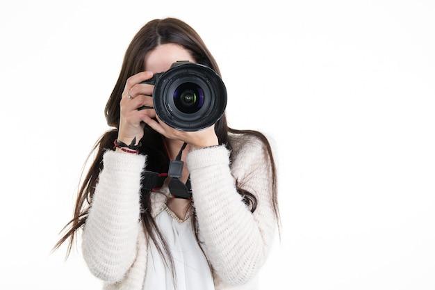 Jolie femme est un photographe professionnel avec appareil photo reflex