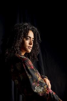 Jolie femme ethnique dans l'obscurité