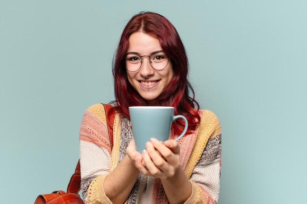 Jolie femme étudiante avec une tasse de café