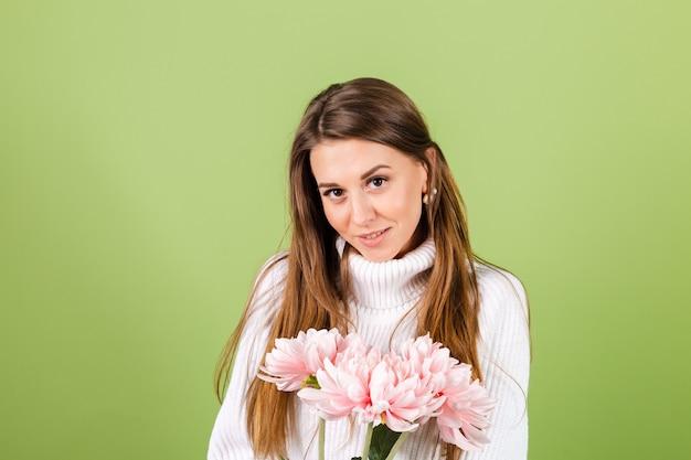 Jolie femme européenne en pull blanc décontracté isolé, look romantique tenant le bouquet de fleurs roses avec sourire