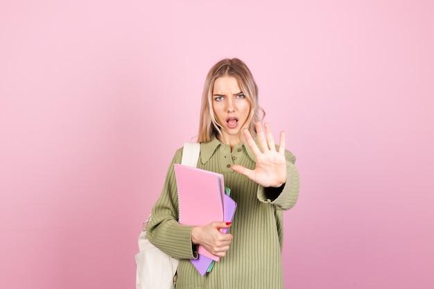 Jolie femme européenne en pull décontracté sur mur rose