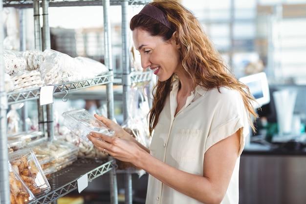 Jolie femme, faire du shopping dans la boulangerie