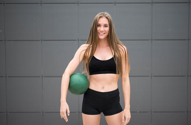 Jolie femme faisant du fitness en plein air