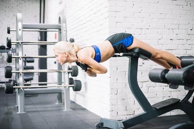 Jolie femme faisant des exercices pour le dos